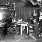 میز در هنگام جلسه احضار روح پالادینو در خانه ی ستاره شناسی فرانسوی به نام  کامیل فلاماریون، از روی زمین بلند می شود. 25 نوامبر 1898