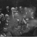 """""""عکس روح"""" گرفته شده توسط ویلیام هوپ، نشست سالانه ی """"انجمن مطالعات تصاویر ماوراء طبیعه"""" که در آن سر آرتور کانن دویل و همسرش (مرکز، سمت چپ)نیز دیده می شوند (1922)."""