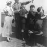 دویل به همره خانواده اش در حال تماشای مناظر در نیویورک 1922