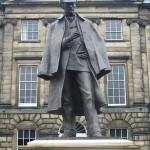 مجسمه ی شرلوک هولمز در ادینبورگ که روبروی محل تولد دویل که در حدود سال 1970 به طور کامل تخریب شد، ساخته شد
