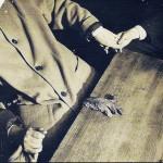 """مینا کراندون با """"دست روح"""" خود که مشخص شد که با تکه ای از جگر بریده ی شده ی حیوان درست شده است، 1920s"""