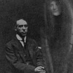 یک عکس گرفته شده توسط ویلیام هوپ که هری پرایس را با یک روح نشان می دهد، فوریه 1922