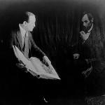 """هودینی و روح ابراهام لینکلن حدود 1920-1930. هودینی نشان می دهد که چگونه عکاس می تواند """"عکس روح"""" جعلی درست کند"""