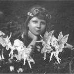 یکی از پنج عکس فرانسیس گریفیث با پری های ادعا شده، که توسط السی رایت در ژوئیه 1917 گرفته شده است