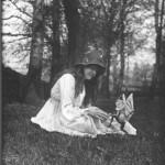 دومین عکس از پنج عکس که در 1917 گرفته شد و السی را با جنی بالدار نشان می دهد