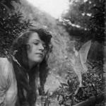 عکس چهارم که در آن پری دسته ای گل به السی تقدیم می کند، 1920