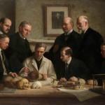 پرتره ای کشیده شده توسط جان کوک در 1915، که بررسی جمجمه ی پیلتداون را نشان می دهد.  ردیف عقب از چپ به راست: F. O. Barlow, G. Elliot Smith, Charles Dawson, Arthur Smith Woodward  ردیف جلو:  A. S. Underwood, Arthur Keith, W. P. Pycraft, and Sir Ray Lankester و تابلوی چارلز داروین بر دیوار آویزان است.