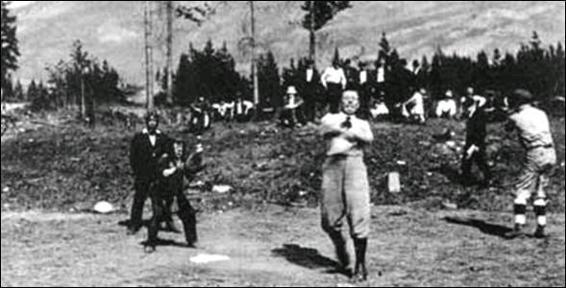کانن دویل در حال بازی بیسبال در یک بازدید از نشنال پارک در ژوئن 1914